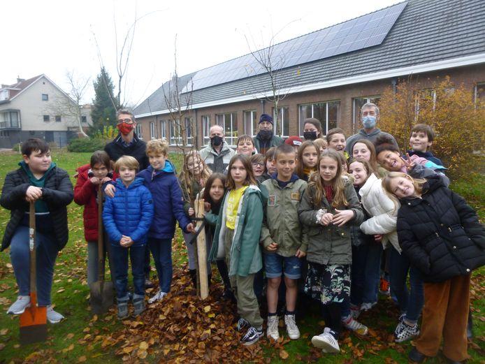 De leerlingen van de lagere school hielpen de fruitbomen aan te planten