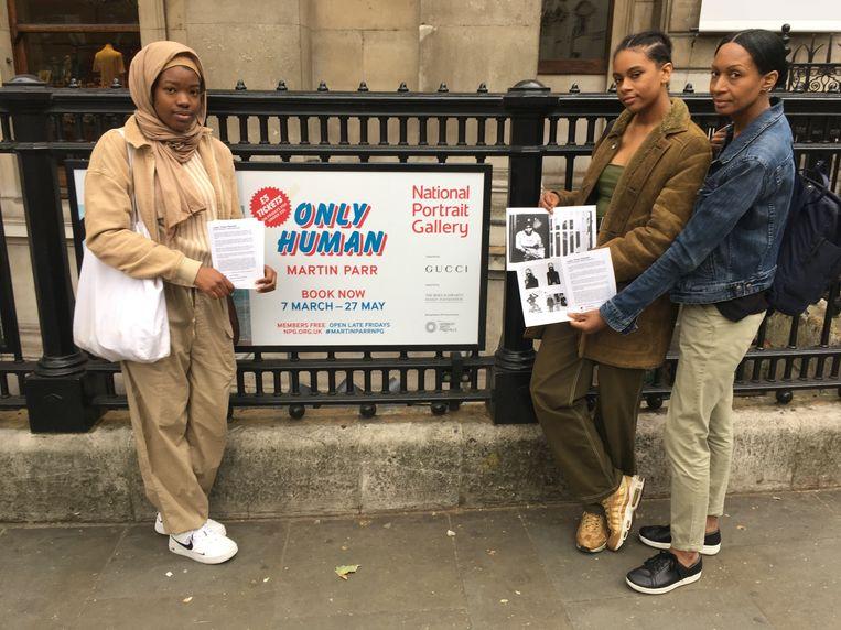 2019: Mercedes Baptiste Halliday (midden) met medestanders bij de demonstratie tegen Martin Parrs Only Human-tentoonstelling in de National Portrait Gallery, Londen. Beeld