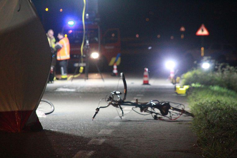 De fiets van het slachtoffer ligt in brokken en stukken op de rijbaan
