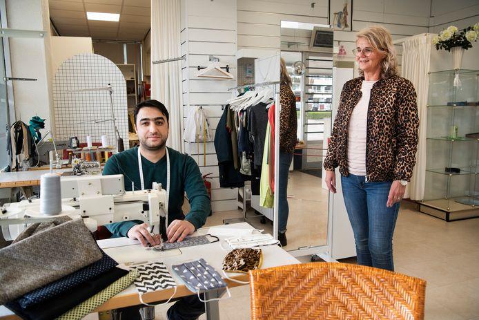 Mohammed Andaj uit Syrië nam en naaiatelier over. Nu helpt zijn buurvrouw Annemieke Vreeman hem om zijn hippe mondkapjes aan de man te brengen.