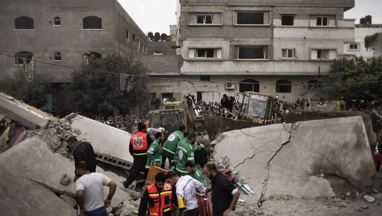 Palestijnse reddingswerkers zoeken in het puin na een Israëlische aanval Beeld afp
