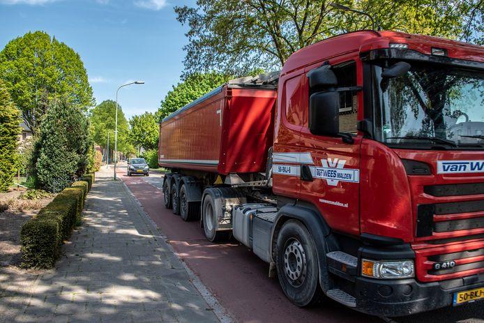 Herkenbaar beeld van de Zwarteweg door Milsbeek: met vrachtwagens.