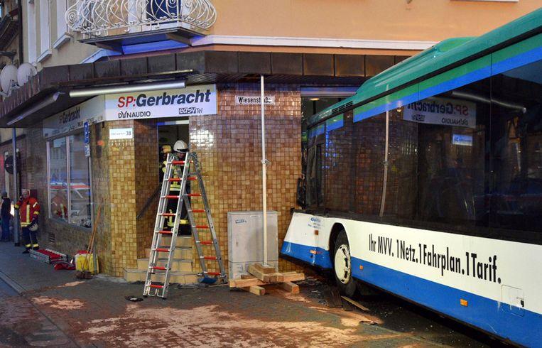 De bus reed in de plaats Eberbach tegen de muur van een huis.