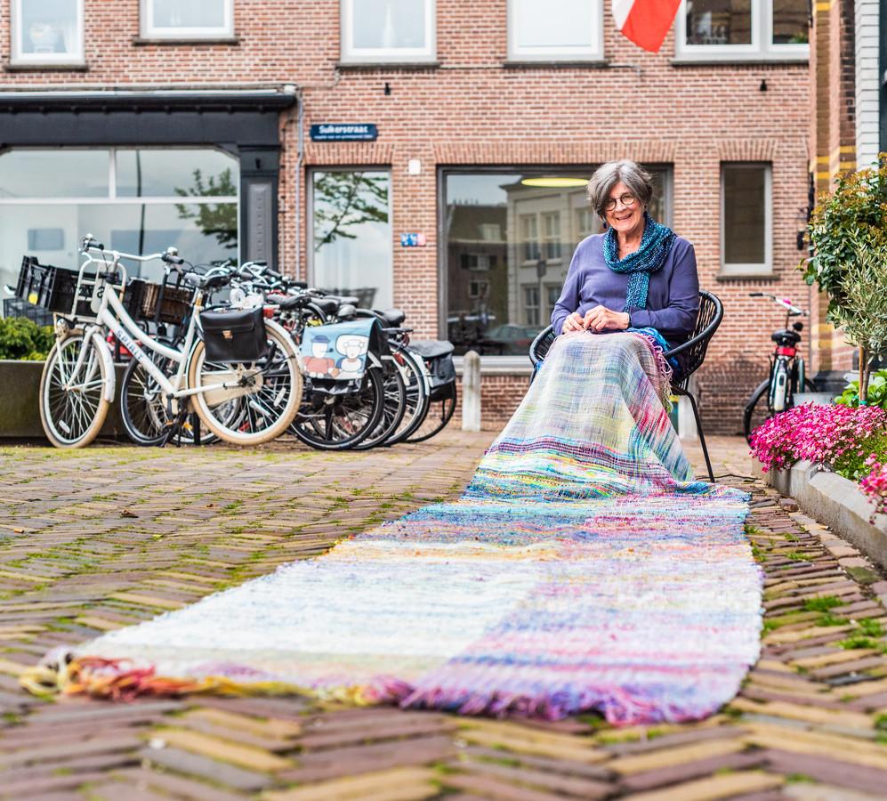 Cathrien van Leeuwen van Weenen-Geuze (77) neemt zelfs op vakantie een weefwerkje mee.
