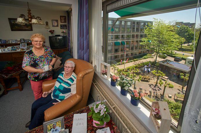 Dia Krol met haar moeder Diny Kappen in de aanleunwoning bij zorgcentrum Ministerhof in Oss. Fotograaf: Van Assendelft/Jeroen Appels