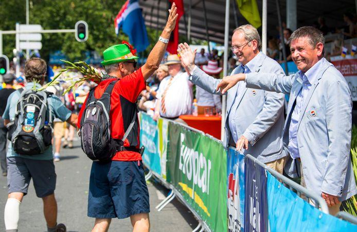 Een groet voor Henny Sackers (rechts) op de Via Gladiola tijdens de 102de editie.