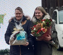 Yvette de Vos (15, rechts) gunt haar moeder de wereld. ,,In twee maanden tijd heeft ze 35 bestralingen gehad.''