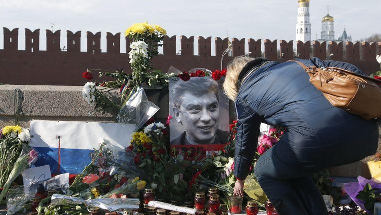 Mensen leggen bloemen neer ter nagedachtenis aan de vermoorde Russische oppositieleider Boris Nemtsov. Beeld afp