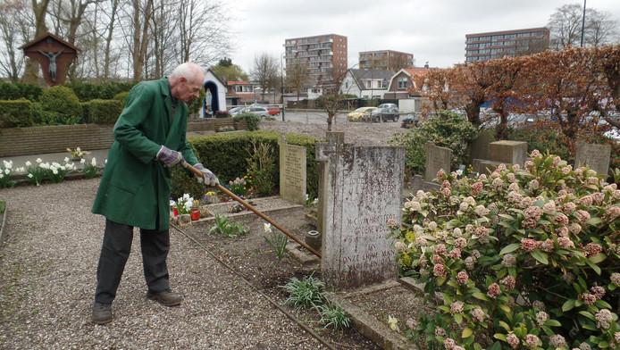 Het kerkhof wordt sinds jaar en dag trouw verzorgd door vrijwilliger Jan Moers.