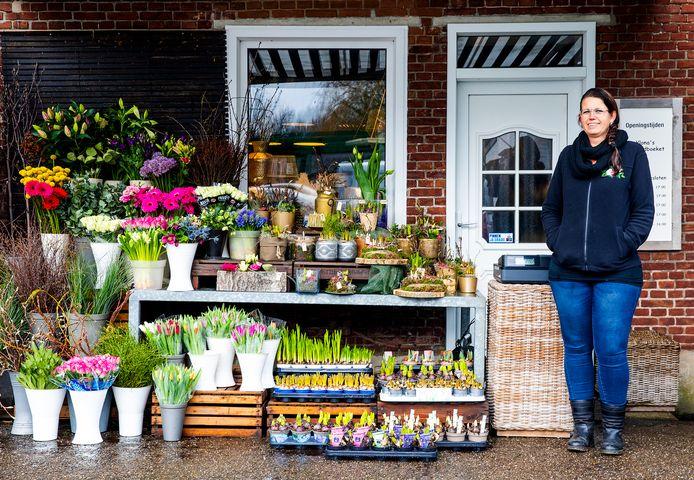 Ylona van der Zwaan-Velthuizen verkoopt enkel nog buiten, nu de deuren van haar zaak dicht moeten blijven.