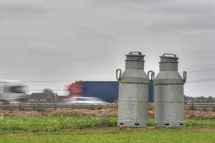 HEERLE -  De melkbussen aan de snelweg gaan verplaatst worden. Ze moeten plaats maken voor een zonnepark. Pix4Profs/Chris van Klinken