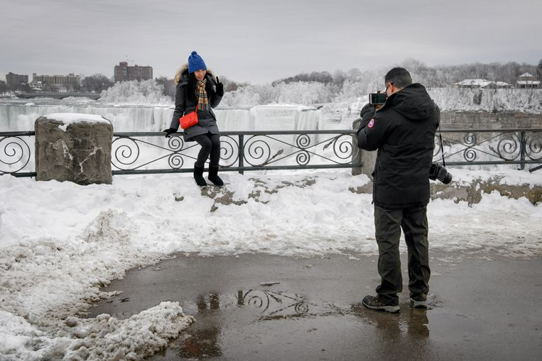 CAPTION CLARIFICATION - ADDITIONAL CAPTION INFORMATION A couple takes a photo of ice formed on the American Falls in Niagara Falls, New York, due to subzero temperatures, viewed from the Canadian side, in Niagara Falls, Ontario, Canada, January 22, 2019. REUTERS/Moe Doiron Beeld REUTERS