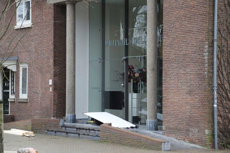 De deur is intussen gerepareerd met een nooddeur. De politie doet onderzoek naar de inbraak en roept getuigen op zich te melden.