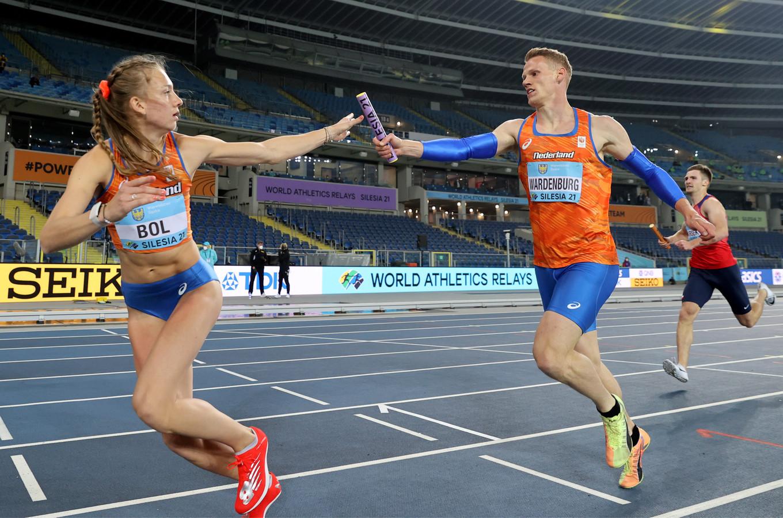 Nout Wardenburg geeft het stokje door aan Femke Bol in de 4x400 meter gemengd op het WK estafette in Polen.