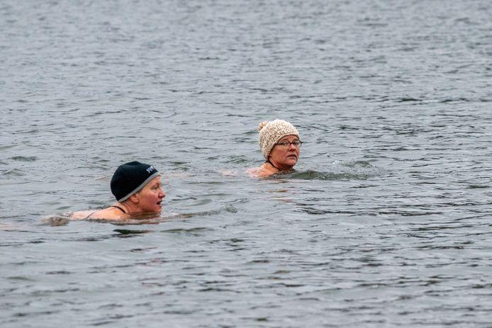 Claudine van Monsjou (r) zwemt een paar keer per week in de Zandenplas in Nunspeet,  samen met een groepje andere dames: ,,Ik zet wel een ijsmuts op als er een koude wind staat, want via je hoofd verlies je de meeste warmte.''