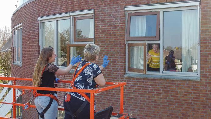 Melissa en Nancy Prins bezoeken mevrouw van Hattem (75) bij De Hazelaar in Hasselt via een hoogwerker. IJsselheem zegt alles te willen doen om soortgelijke situaties te voorkomen.