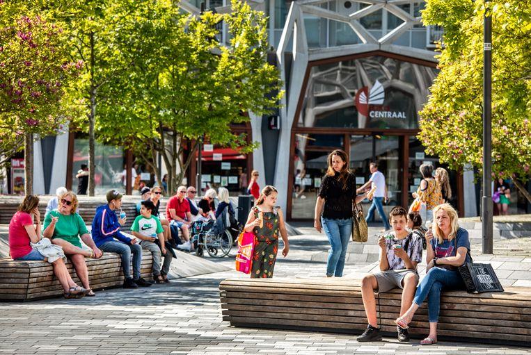 Het wordt wat drukker op straat: zo ook in het stadshart van Nieuwegein. Beeld Raymond Rutting / de Volkskrant