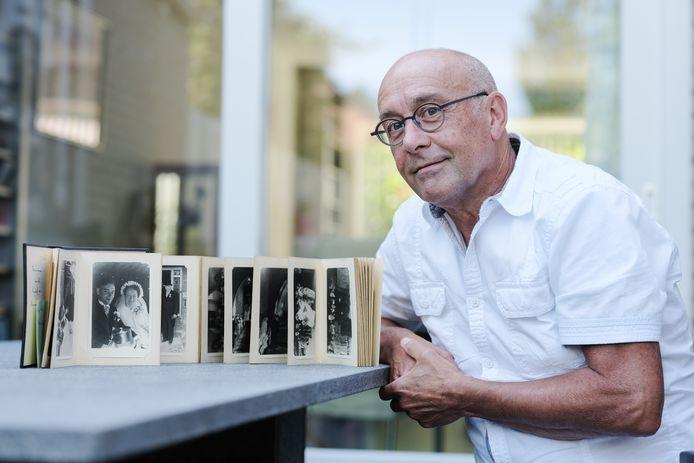 Fred van den Broek is blij met het trouwboek van zijn ouders dat verdwenen was maar gelukkig werd teruggevonden in een kringloopwinkel.