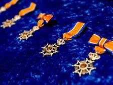 Brandweerlieden in Apeldoorn koninklijk onderscheiden