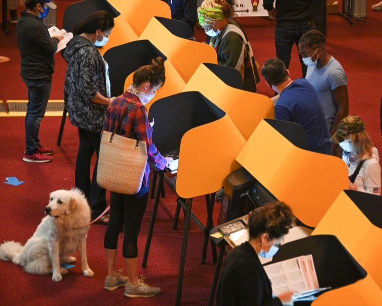 Kiezers in Los Angeles brengen hun stem uit bij de presidentsverkiezingen op een stemcomputer met verkiezingssoftware van Smartmatic.  Beeld AFP