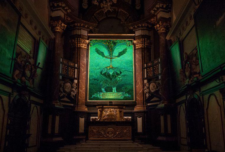 Op Het mystieke contract, dat centraal hangt, staat een schaap afgebeeld dat gebukt gaat onder een diamant, van waaruit een boom groeit. Beeld Ans Brys