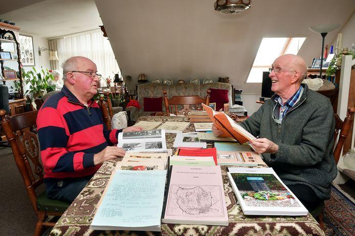 Heemkundekring Het Land van Gastel bestaat 40 jaar. Piet Peeters(l) en Frans van Merrienboer(r) zijn er van begin af aan bij betrokken en schreven menig jaarboek vol.