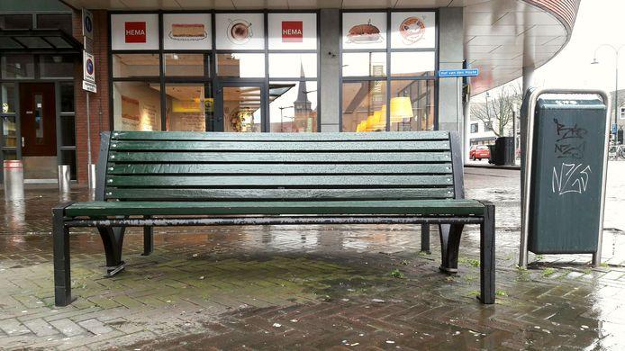 De twee bankjes op de hoek van het Raadshuisplein in Etten-Leur worden volgende week vervangen door bankjes die in regenboogkleuren zijn geschilderd.