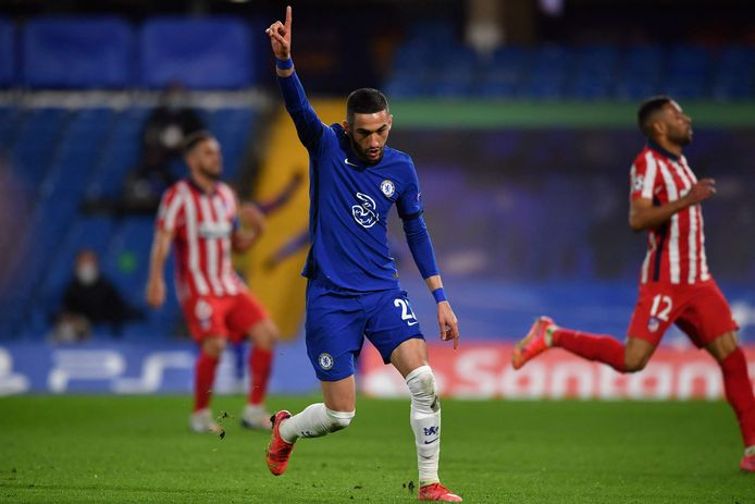 Hakim Ziyech loopt juichend weg nadat hij Chelsea op voorsprong heeft gezet.