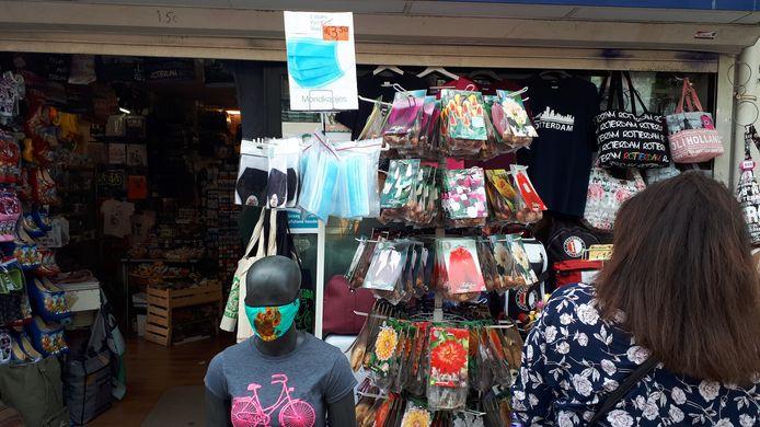 Tussen de souvenirs hangen vlakbij de Markthal de mondkapjes al klaar om te kopen voor wie ze vergeten is.