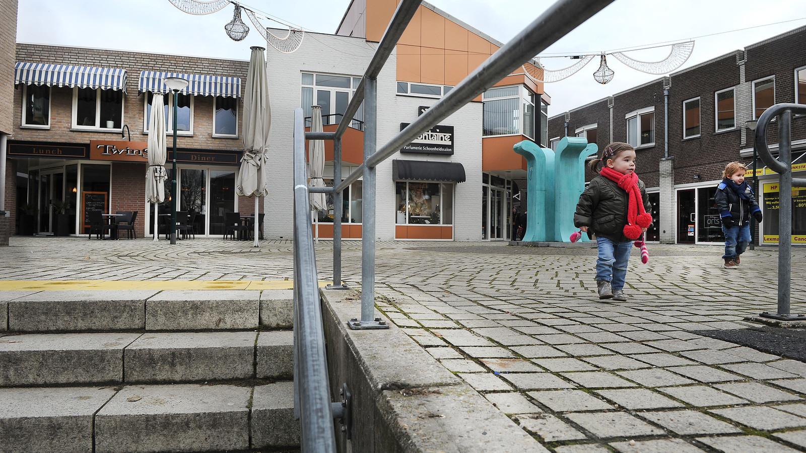 De hoogkoorpassage in Boxmeer. De kinderen op de foto hebben niets te maken met de inbraak. Het is niet bekend waar er precies is ingebroken.