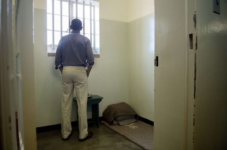 TOPSHOTS US President Barack Obama looks out the window from the cell where Nelson Mandela, an anti-apartheid legend, was once jailed on Robben Island, on June 30, 2013. Paying homage to the 94-year-old former South-African president, who is critically ill in hospital, Obama stared into the stark cell where Mandela spent two thirds of his 27 years in jail.  AFP PHOTO/JIM  WATSON Beeld null