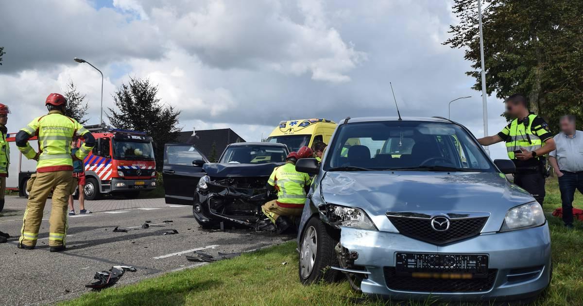 Drie gewonden na ongeluk in Loerbeek; weg bezaaid met brokstukken.