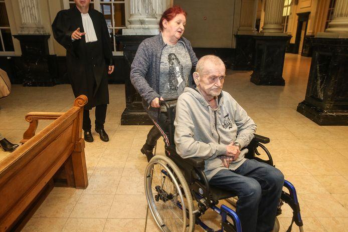 Een fel vermagerde Prosper Van Der Borght en zijn dochter Berlinda maandagochtend in het hof van beroep in Gent.