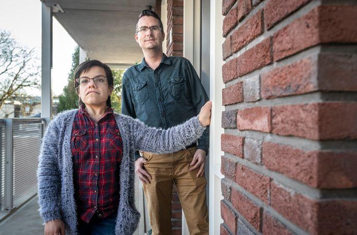 Dirk van Dam en zijn vrouw Kim wachten bij de deur van hun appartement in Helmond op een pakket van DPD dat nooit aan komt.