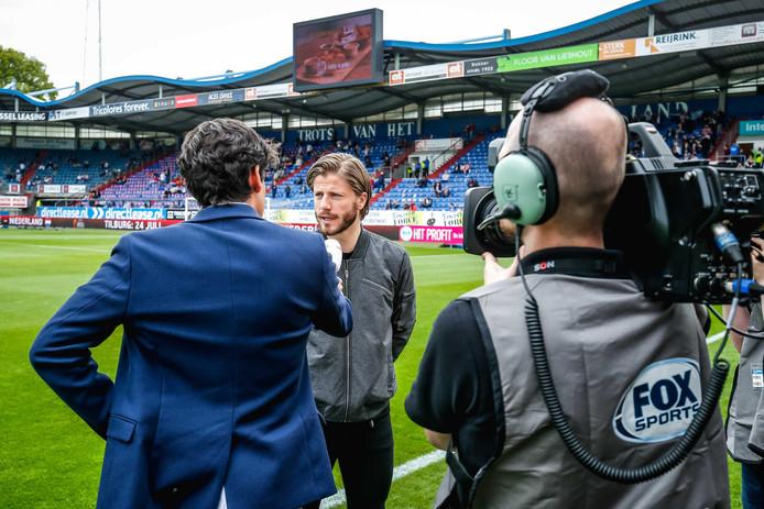 Schöne voor de camera van FOX Sports tijdens Willem II-Ajax.