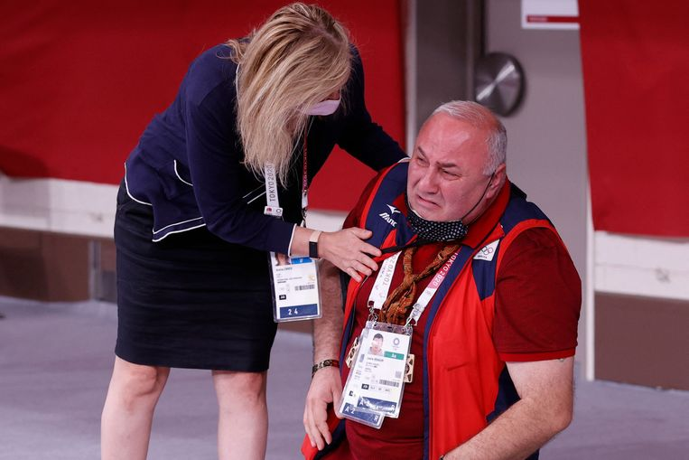 De coach van judoka Lasha Bekauri uit Georgië houdt het niet meer van de spanning als zijn talent het in de halve finale A voor judo heren -90 kg tijdens de Olympische Spelen moet opnemen tegen de Rus Mikhail Igolnikov. Hij zal er nu wat ontspannner bijzitten. Bekauri won en mag door naar de finale.  Beeld AFP