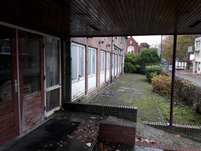 De verpaupering slaat toe bij de al jaren leegstaande zaal van het Wapen van Bemmel.