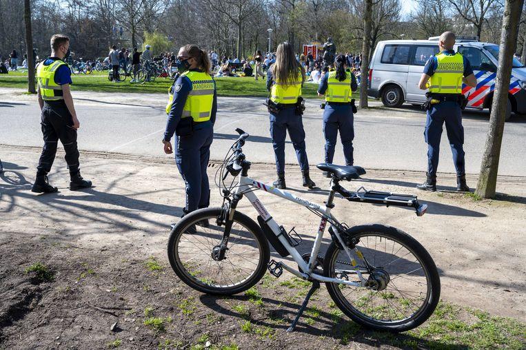 Dinsdag werd het Vondelpark in Amsterdam ook gesloten vanwege drukte.  Beeld EPA
