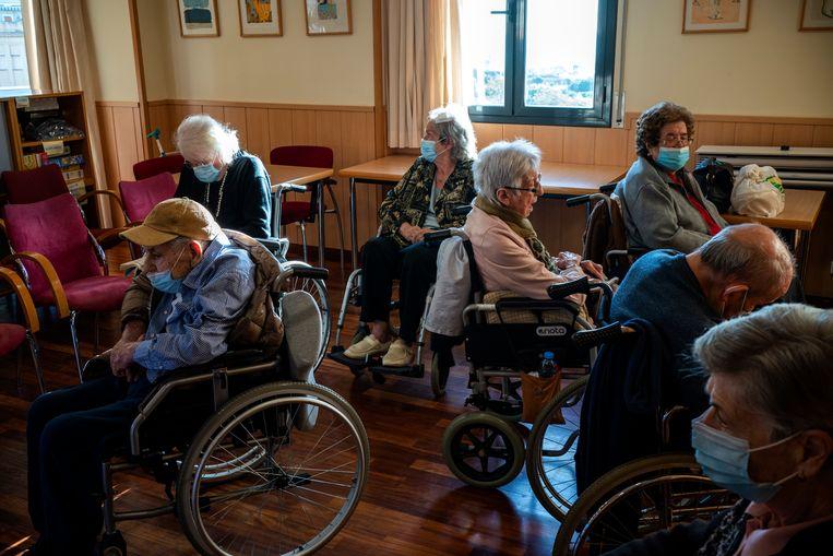 Bewoners van het Icaria verzorgingstehuis in Barcelona, Spanje, wachten op hun vaccinatie. Beeld AP