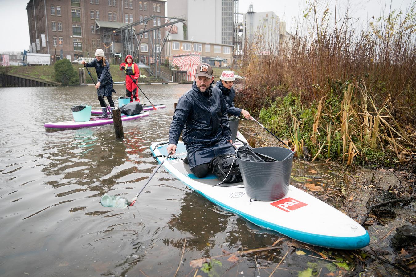 Suppende schoonmakers maken stadsstrand De Sieb Schoon. Roy Lazet