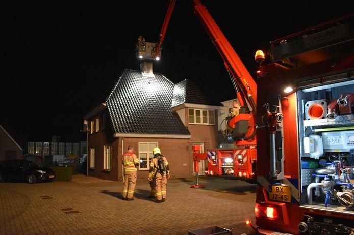 Vanuit de hoogwerker werd de schoorsteen van de woning aan de Galgendaal in Gendt geveegd door de brandweer.