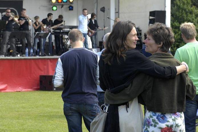 Terwijl nederpopband Kaas zorgt voor de muziek, begroeten oude bekenden elkaar hartelijk.