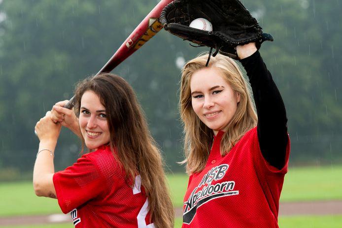 Gina van Horen en Bianca van Bentem van WSB trainen naast bij hun eigen softbalteam ook met de honkballers van WSB mee en zijn in beeld bij Oranje.