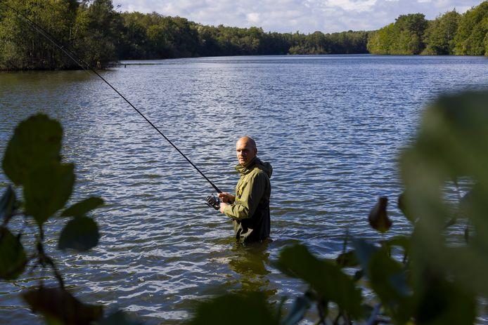 Jordy van Mook, bestuurslid hsv Heusden, in de roeivijver. De visclub is tegen de plannen om bij de roeivijver een recreatiepark te realiseren.