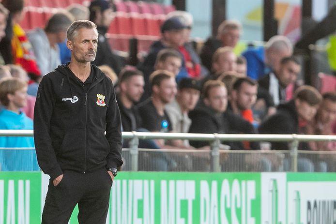 Een spiedende blik bij Kees van Wonderen. De trainer van Go Ahead Eagles moet de komende weken passen en meten om zijn elftal klaar te stomen voor de competitiestart op 13 augustus.