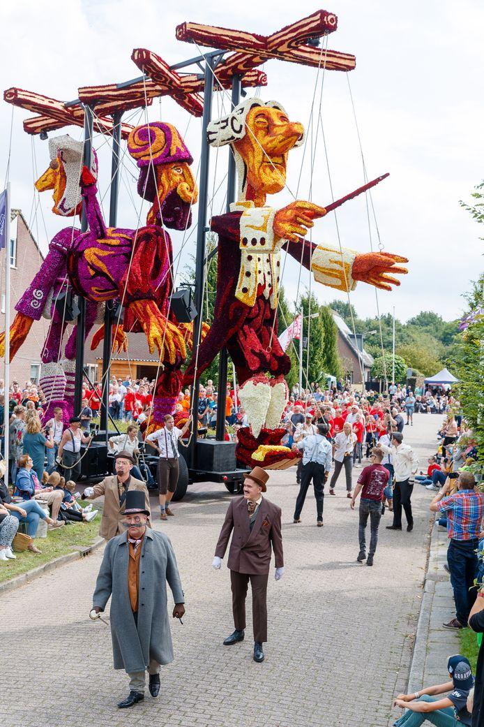 Dit jaar geen metershoge praalwagens door de straten van Sint Jansklooster, maar nu worden er  dahliamozaïeken gemaakt.