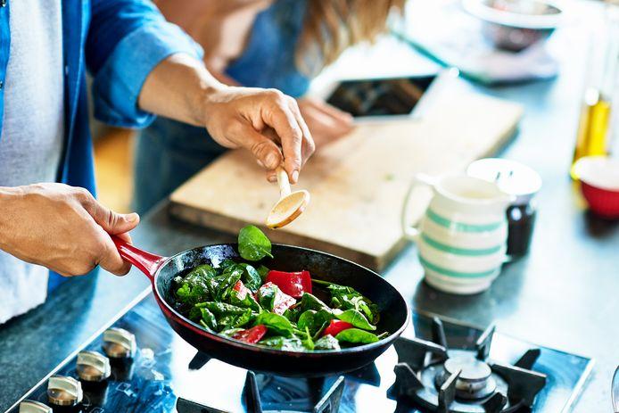 Een koekenpan met antiaanbaklaag is handig in de keuken.