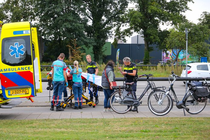 Een oudere vrouwr is vanmorgen ten val gekomen op het fietspad langs de Laan van Zevenhuizen na een botsing met een andere fietser.
