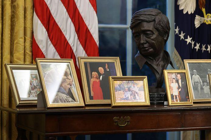 De buste van César Chávez op de tafel achter Biden.