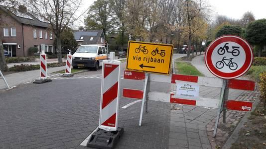 Gedurende de werkzaamheden was de weg naar Biest-Houtakker afgesloten voor doorgaand verkeer. Alleen fietsers mochten doorrijden op de momenten dat er niet gezaagd werd.